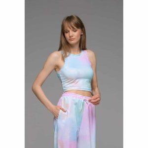 Συνδιάστε τη hot φόρμα της σεζον RAINBOW TIE DYE SWEATPANTS με οποιοδήποτε t-shirt η ζακέτα για ένα σουπερ updated αθλητικό look! Ψηλόμεση και άνετη η φόρμα αυτη είναι ιδανκή για κάθε μέρα .