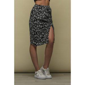 Φορέστε την Zoe Midi Skirt Split Front με crop τοπάκι και casual αθλητικά παπούτσια. Άνετη και ευκολοφόρετη για όλη την μέρα !