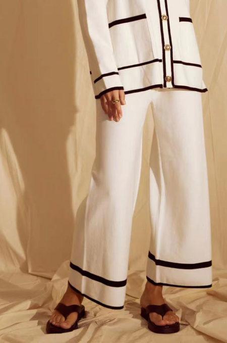 Ξεχωρίστε χωρίς προσπάθεια με FINE Πλεχτή Oversized Παντελόνα in white,Ηεξαιρετικάμαλακήτηςπλέξηκαιηminimalαισθητικήτης,τηνκάνειιδανικήγιατηνμεταβατικήαυτήπερίοδο.