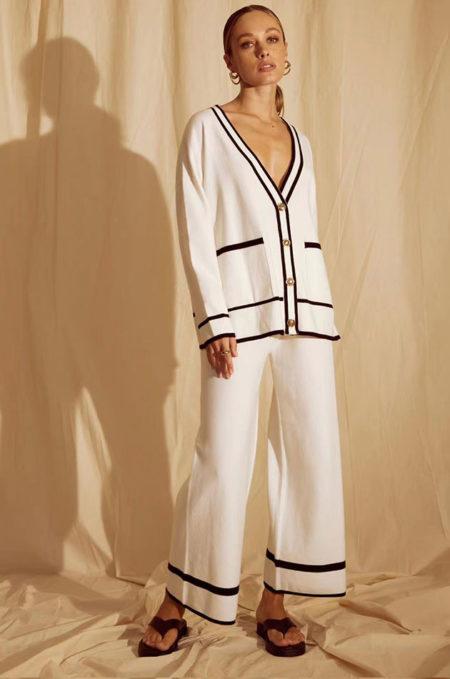 Ξεχωρίστε χωρίς προσπάθεια με FINE Πλεχτή Oversized Ζακέτα in white,Ηεξαιρετικάμαλακήτηςπλέξηκαιηminimalαισθητικήτης,τηνκάνειιδανικήγιατηνμεταβατικήαυτήπερίοδο.