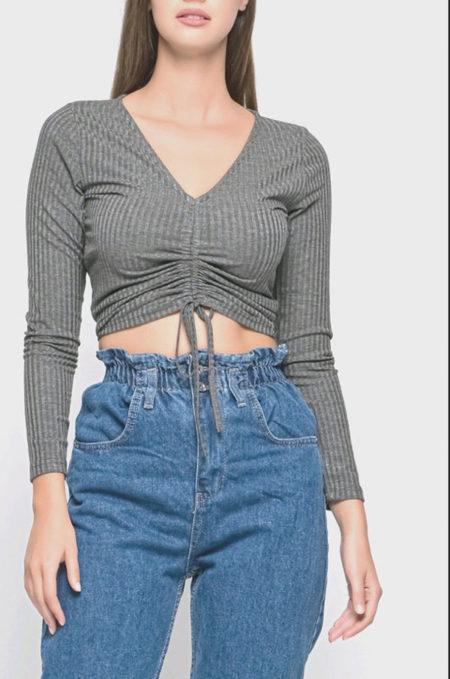 Συνδιάστε την Μακρυμάνικη Λεπτή Μπλούζα με Σούρα με ψηλόμεσα τζιν σε καμπάνα στυλ για ενα εντελώς updated look! Η εφαρμοστή του γραμμή το κάνει ιδανικό για petite σιλουέτες . Μπορείτε να το φορέσετε και ανάποδα με την σούρα στην πλάτη για πιο ένα sassy look.