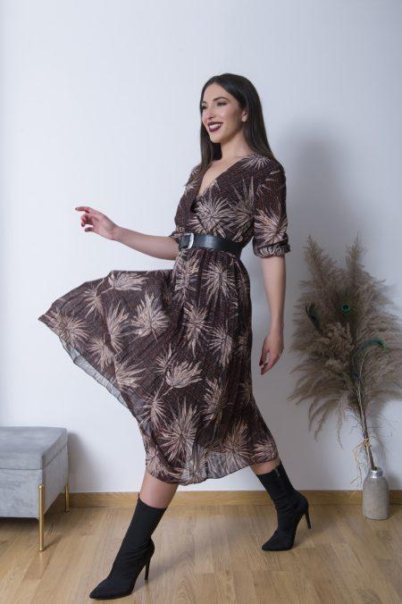 Φορέστε το Πλισέ Κρουαζέ Φόρεμα με ψηλοτάκουνα μποτάκια ή πέδιλα και συνδιάστε το με ενα oversized bomber jacket για ένα εξαιρετικά updated look !