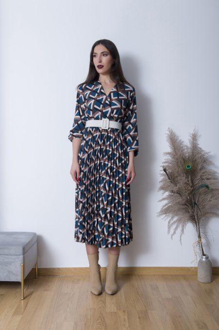 Φορέστε το Crepe Κρουαζέ Φόρεμα με ψηλοτάκουνα μποτάκια και συνδιάστε το με ενα oversized bomber jacket για ένα εξαιρετικά updated look !
