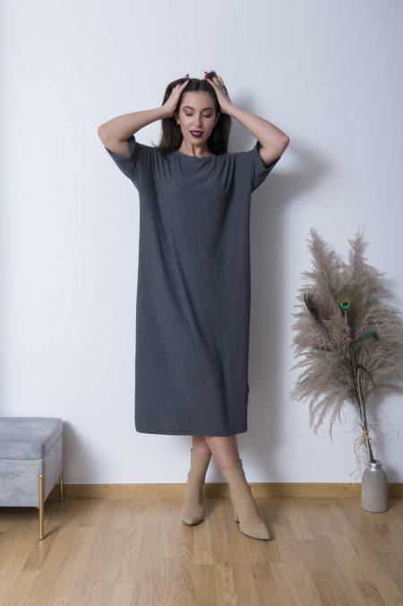 Συνδιάστε το Ριπ Φόρεμα με Φαρδύ Μανίκι με μπότες και ένα bomber jacket για μια άνετη και στυλάτη εμφάνιση ! Η oversized γραμμή του το κάνει ιδανικό για ολη μέρα .