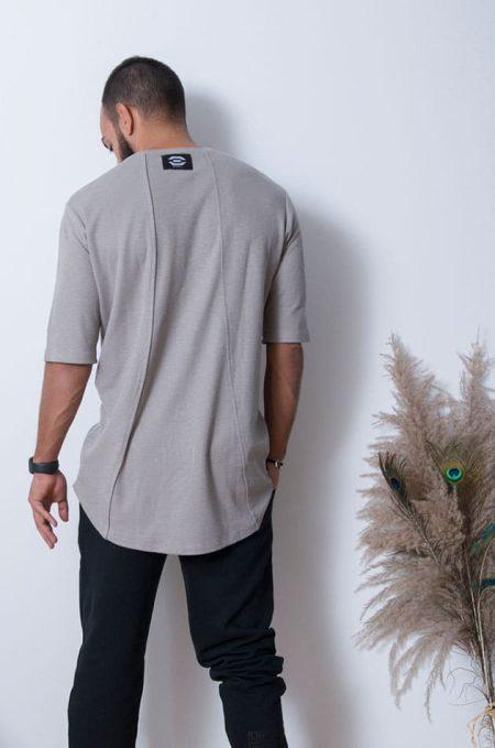 Το Long Tshirt είναι ένα κοντομάνικο με ραγκλάν μανικι και μακρύ κόψιμο σε χαλαρή γραμμή, απο οργανικό βαμβάκι φιλικό προς το περιβάλλον.Η unisex αθλητική γραμμή του, το καθιστά ευκολοφόρετο τόσο απο άντρες όσο και απο γυναίκες.