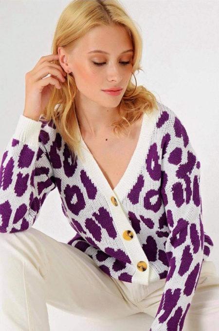 Ξεχωρίστεχωρίςπροσπάθεια με την Animal Print Knitted Cardigan. Ηεξαιρετικάμαλακήτηςπλέξηκαιη funky αισθητικήτης,τηνκάνειιδανικήγιατην εποχή ! Συνδιάστε την με τζιν και παντελόνες και ενα ανεπιτήδευτα όμορφο look.