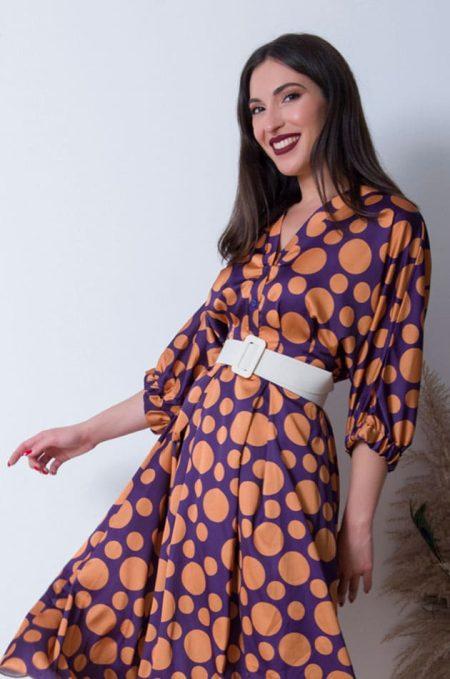 Συνδιάστε το satin dot dress με μπότες εκρού μέχρι τη γάμπακαι suede jacket για ένα look υπέροχα θηλυκό και άνετο.