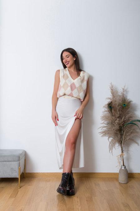 Η νέα Αμάνικη Πλεχτή Καζάκα in Beige,θα γίνει το αγαπημένο σας κομμάτι για αυτην την μεταβατική περίοδο! Εξαιρετικά μαλακή και ζεστή συνδιάζεται απο το πρώι ! Για ενα super updated look φορέστε την με ένα oversized πουκάμισο, printed καλσόν και αθλητικά minimal παπουτσιά .