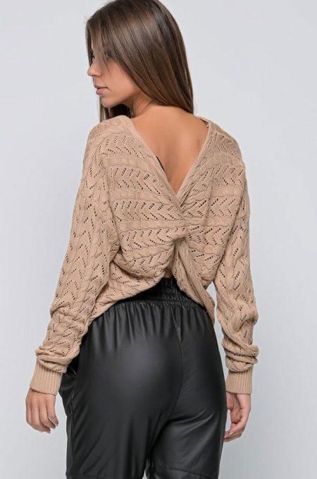 Φορέστε το Snow Twist Back Sweater μόνο του ή με κορμάκι ζιβάγκο σε εφαρμοστή γραμμή απο μέσα !.Μπροστά ή πίσω το αποτέλεσμα θα είναι πάντα αρμονικό! Ιδανίκο και για πάνω απο κάποιο slip dress ή αλλα εφαρμόστο φόρεμα.