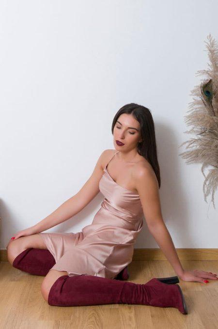 Φορέστε το Satin Dress με ψηλοτάκουνα πέδιλα ή ψηλές μπότες και συνδιάστε το με ενα oversized κοντό πουλόβερ για μια πιο casual προσέγγιση .