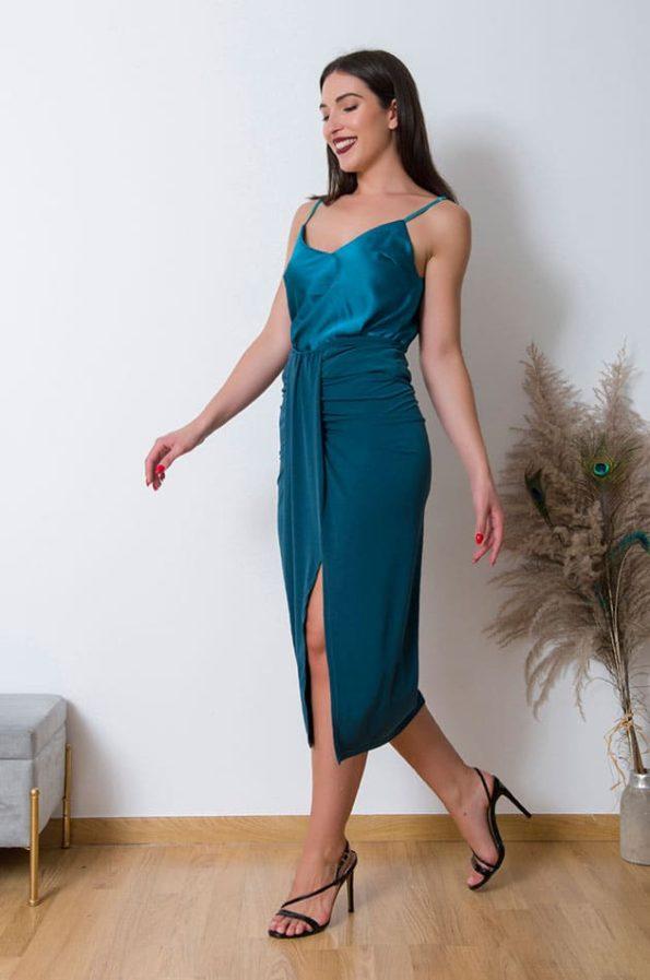 Εφαρμόζει σωστά στις καμπύλες και αναδεικνύει την σιλουετα , φορέστε την Μίντι Φούστα με Εφέ Κόμπου ,με κορμάκι η΄εφαρμοστό τοπ και μποτάκια για ένα office look . Εναλλακτικά συνδιάστε την με ενα σατινέ τοπ και πέδιλα για μια ultra chic βραδινή εμφάνιση.
